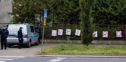 Wulgarne hasło na płocie Kaczyńskiego. Zawieszono policjantów