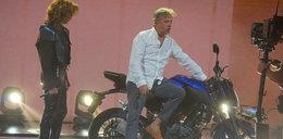 Józefowicz instruuje Nataszę. Uczy ją chodzić i wsiadać na motocykl