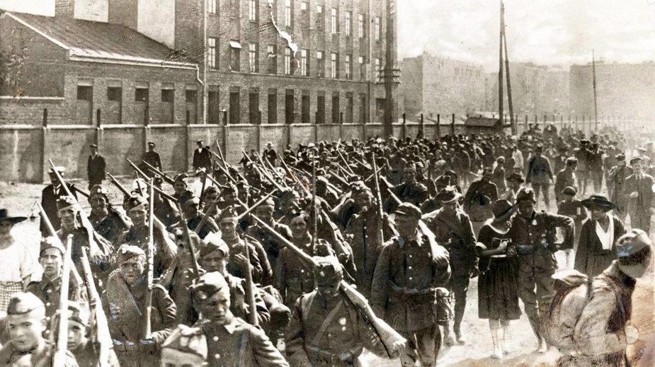 Bitwa Warszawska. Piechota polska w marszu na front przed Bitwą Warszawską