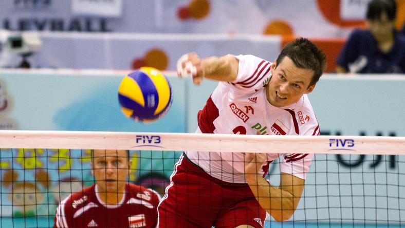 Rafał Buszek w ataku podczas meczu Pucharu Świata siatkarzy z Wenezuelą, 13 bm. w Hamamatsu. Polska wygrała 3:1