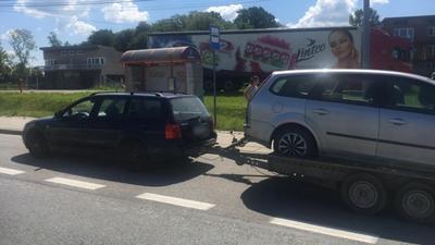 Passatem ciągnął lawetę z autem, w którym siedziały dzieci