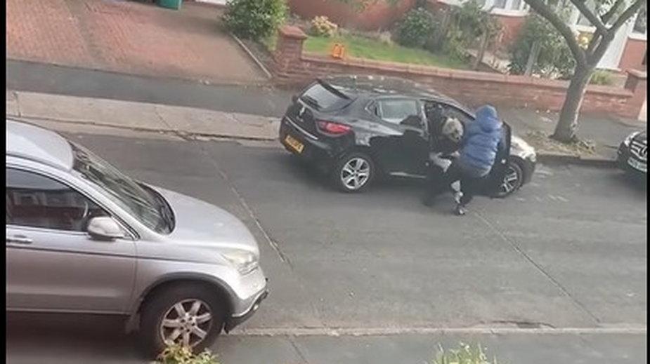 Mężczyzna grożąc kobiecie nożem, wyciągnął ją z samochodu