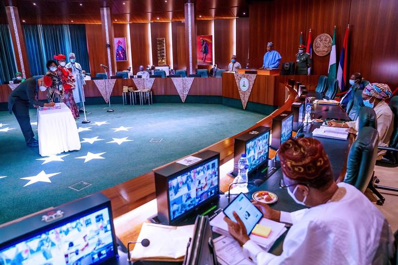 President Muhammadu Buhari chairs a meeting at the council chambers [Twitter/@BashirAhmaad]