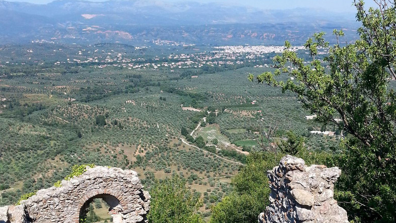 Zaglądając do Sparty, nie można nie zajrzeć również i tu. Położona na zboczach masywu Tajget, zaledwie kilka kilometrów od pozostałości po królestwie niezwyciężonego króla Leonidasa Mistra to zupełnie inna atrakcja niż dobrze znane z przewodników turystycznych ruiny, świątynie i antyczne teatry. Mówi się nawet, że jest to najpiękniejszy zakątek Peloponezu.