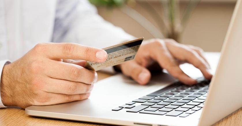 54 proc. Polaków robi zakupy w sieci