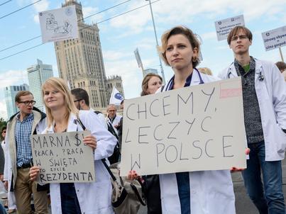 Lekarze, również ci świeżo po studiach, domagają się wyższych wynagrodzeń i lepszych warunków pracy w Polsce. Ostatni ogólnopolski protest odbył się we wrześniu ub. roku