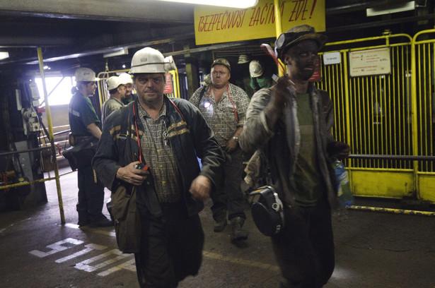 Górnicy wychodzący z kopalni w Ostrawie, która należy do New World Resources.