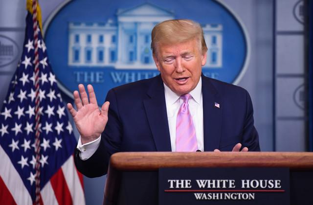 Hvali se merama, ali stalno umanjuje opasnost od virusa - Donald Tramp