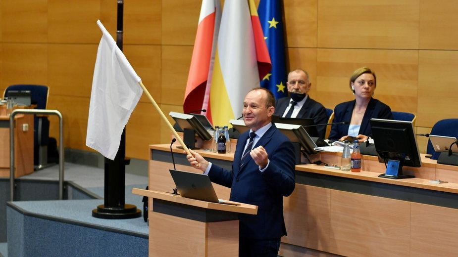 Marek Sowa pozostawił marszałkowi Kozłowskiemu białą flagę, jako symbol tego, co dzieje się z Małopolską pod jego rządami