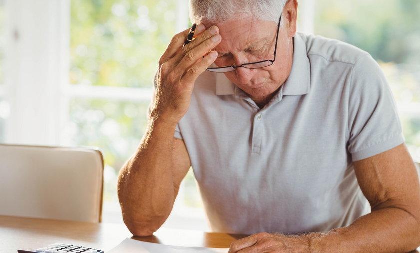 Zmartwiony emeryt z rachunkami