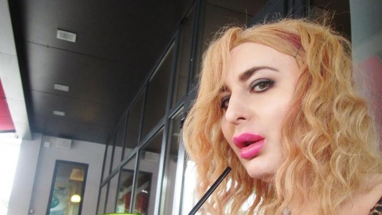 """""""Tak czy nie"""" na wizji Artur Zawisza nazywa Rafalalę """"tym czymś"""". Ta reaguje emocjonalnie i oblewa go za to wodą. Wściekły Zawisza krzyczy: Mamy do czynienia z męską dziwką i wychodzi ze studia. Taka scena rozegrała się w środę się na antenie programu """"Tak Czy Nie"""". - Nie będę nazywana """"tym czymś - protestowała transseksualistka. Słowna przepychanka trwała kilka minut. - Mamy do czynienia z męską dziwką, która za 200 zł za godzinę świadczy usługi seksualne - wykrzykiwał Artur Zawisza. Rafalala się broniła: - Zostałam zaatakowana i obrażona. Jaka jest kara za oblanie wodą, a jaka za to, że on odbiera mi całe moje człowieczeństwo? Po tym incydencie prowadząca """"Tak Czy Nie"""" Agnieszka Gozdyra napisała na Twitterze, że Artur Zawisza dobrze wiedział, że w programie wystąpi razem z Rafalalą, więc nie powinien być zaskoczony. Dziennikarka potępiła też przemoc – i tę słowną, i tę fizyczną."""