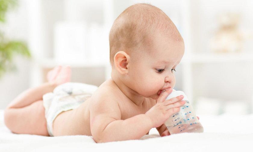 Jak nawodnić niemowlaka? Podawanie wody niemowlakowi