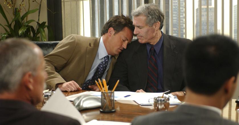 """Kadr z serialu """"Przyjaciele"""". Na zdjęciu aktorzy Matthew Perry i Michael Kurtz"""