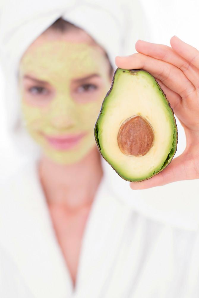 Avokado neguje i hrani kožu