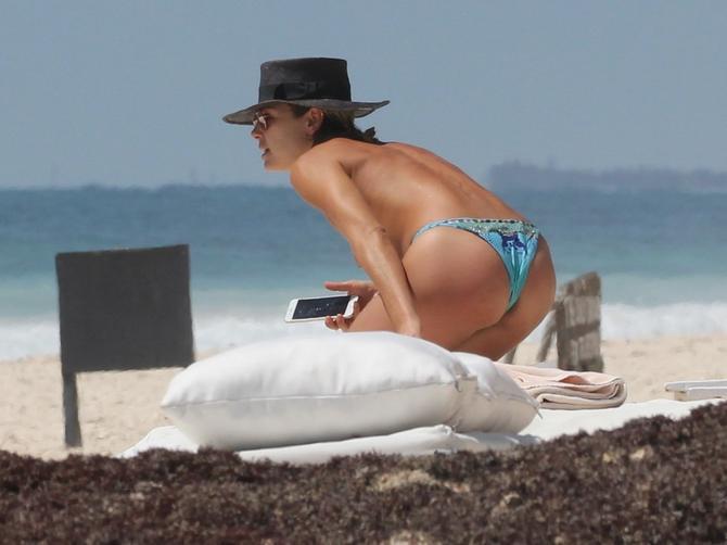 Kada se ONA SKINULA na plaži, sve je stalo: Svi pogledi bili su uprti u OVU LEPOTICU!