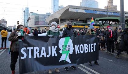 Paraliż centrum Warszawy. Protestujący zatrzymują przejeżdżające przez rondo tramwaje. Policja jest na miejscu