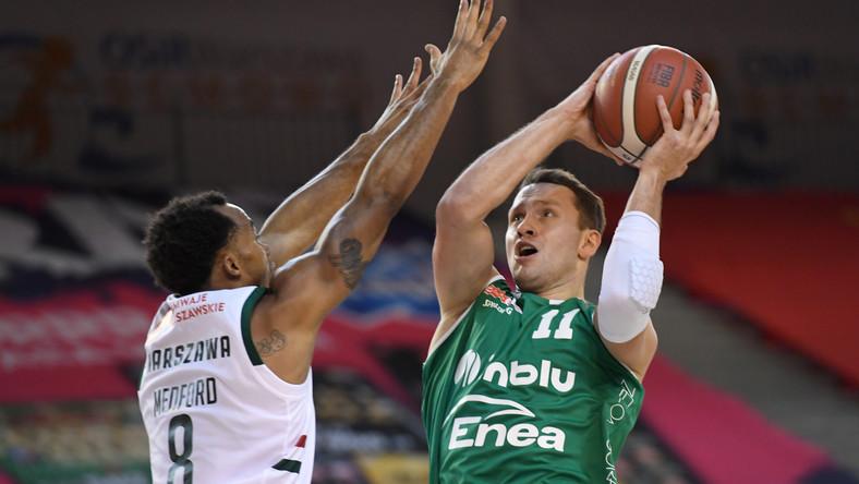 Koszykarz Legii Warszawa Lester Medford (L) i Marcel Ponitka (P) z Zastalu Enei BC Zielona Góra podczas meczu Ekstraklasy