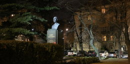 Miał oświetlać pomnik, a nie daje ludziom spać