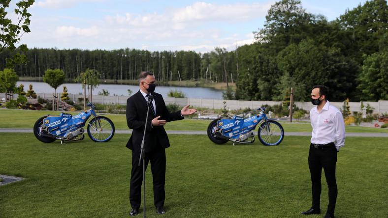 Koronawirus w Polsce. Prezydent RP Andrzej Duda (L) i żużlowy mistrz świata Bartosz Zmarzlik (P) podczas spotkania w Kinicach