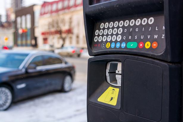 Obecny limit opłat za parkowanie w centrach miast już nie spełnia swojej funkcji – ocenił wiceminister rozwoju Witold Słowik