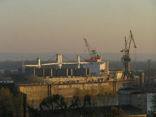 """Stocznia """"Gryfia"""" w Szczecinie - widok na największy dok (nr 5) służący do budowy i remontu statków. Zdj. Michal P. (Stoczna) [CC-BY-SA-2.0]"""