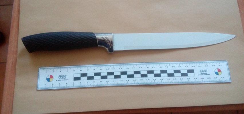 Z tym nożem rzucił się na policjantów. Wcześniej wymachiwał nim siostrze