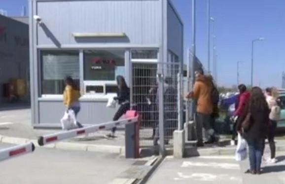 Radnici na ulazu u fabrički krug