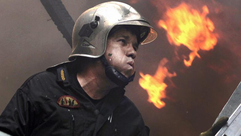 35 spalonych domów, ponad 50 tysięcy hektarów lasów i gajów oliwnych, które zamieniły się w popiół - to dotychczasowy tragiczny bilans żywiołu. Według informacji straży pożarnej, wciąż jeszcze trwają akcje gaśnicze w kilku regionach kraju. Największe ogniska zapalne znajdują się obecnie na wyspie Zakynthos i w okolicach Argos na Peloponezie. Policja zidentyfikowała ciało, znalezione wczoraj po południu w dzielnicy Karea, na przedmieściach Aten. Ofiarą okazał się 47- letni policjant, którego zaginięcie zgłosiła wczoraj rano rodzina. Żona policjanta zeznała, że jak co dzień udał się on na spacer w okolice leśne, w których pojawił się pożar. Pożary zaczęły wybuchać w Grecji w piątek nad ranem. Do tej pory strażakom udało się opanować kilkadziesiąt ognisk zapalnych.