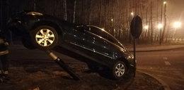 Wypadek na rondzie Łódzkich Motocyklistów. Mercedes skosił latarnię