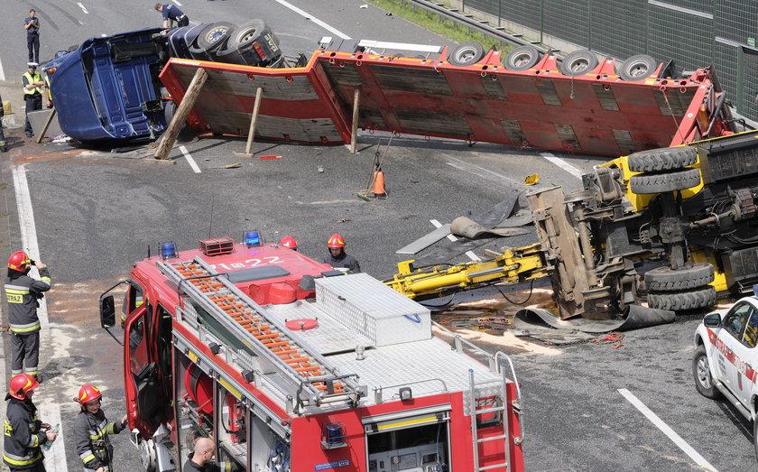 Ciężarówka wywróciła się na autostradzie
