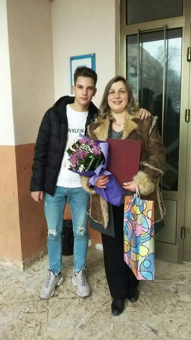 Dijana Kostić nakon odbrane master rada sa sinom