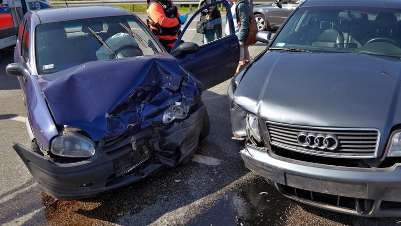 """Edukatorzy za kratami - jeździli """"zgodnie z przepisami"""" i hurtowo rozbijali samochody"""