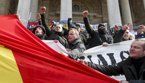 Nacjonaliści wtargnęli na plac w Brukseli, gdzie tłumy oddawały hołd ofiarom wtorkowych ataków.