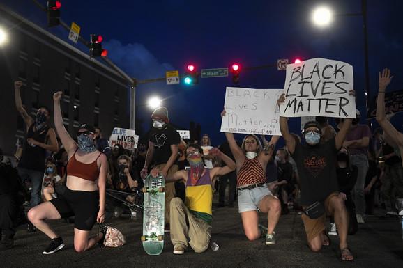 U gradu Demojn u Ajovi demonstranti su nosili transparente sa porukom