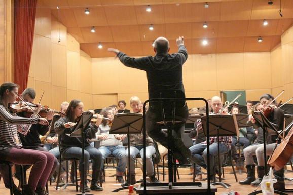 Sa probe novog simfonijskog orkestra kojim diriguje Predrag Gosta