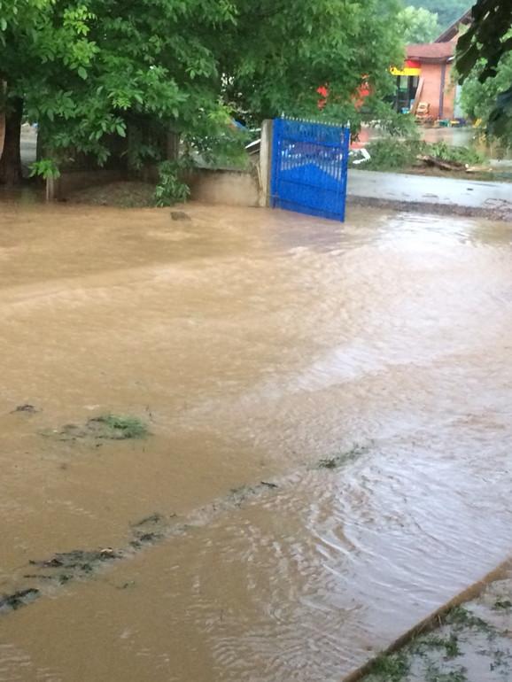 Voda se još ne predaje: Selo Busur u Opštini Petrovac na Mlavi, danas predveče