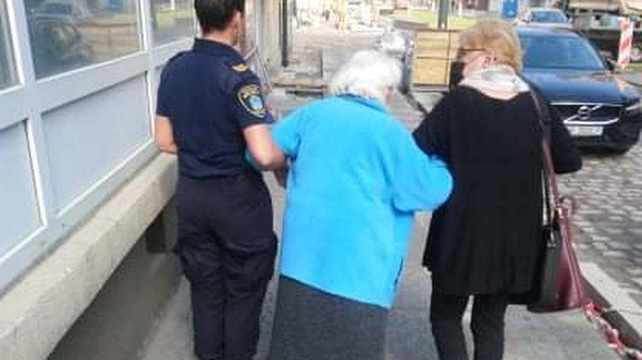 zagubionej seniorce pomogła mieszkanka Wildy i straż miejska fot. straż miejska