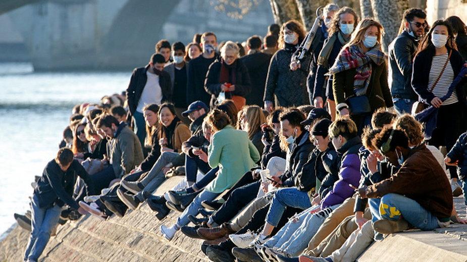 Tłumy mieszkańców Paryża nad Sekwaną