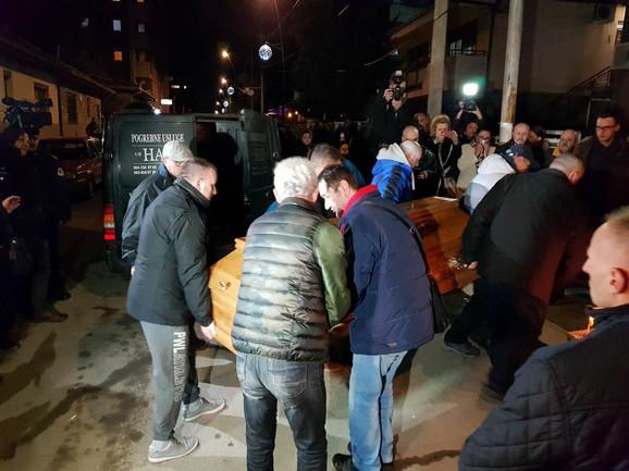 Kovčeg sa Ivanovićevim telom unose u prostorije stranke