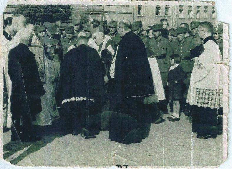 Chrzanowski rynek, 1945 rok, wizyta biskupa na bierzmowaniu, dziewczynka z prawej: Tereska