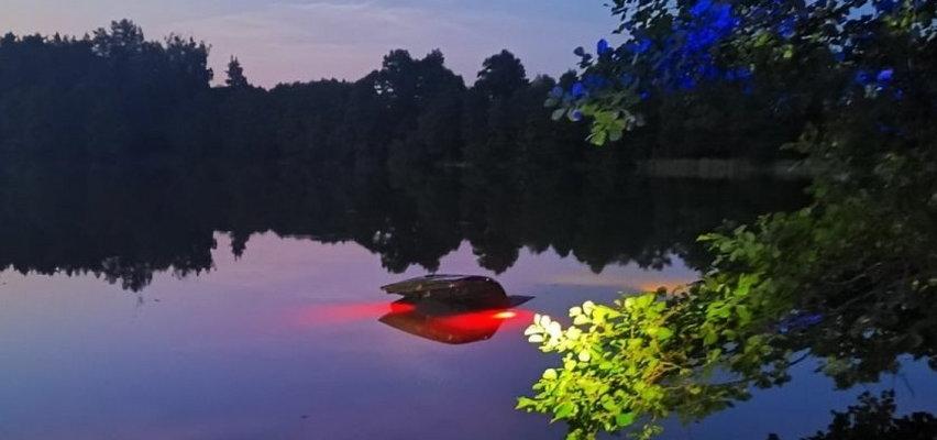 Nocną ciszę przerwał potężny huk. Do jeziora wpadło auto. Dramat w Waplewie