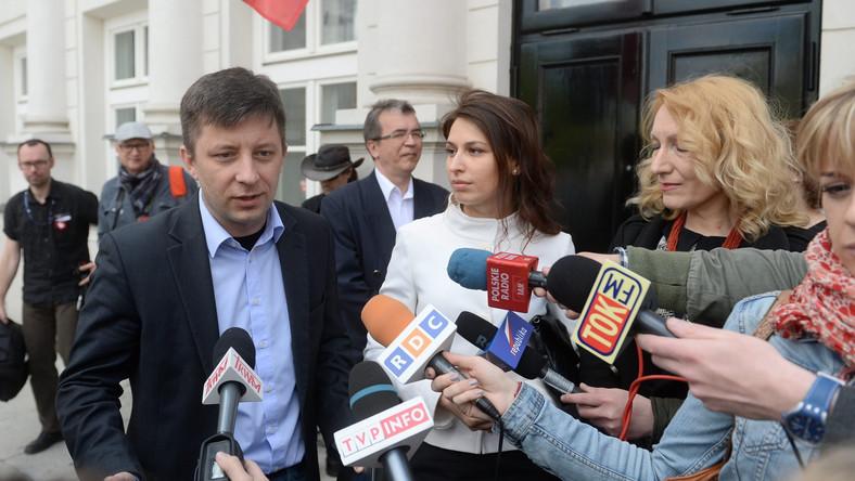 Michał Dworczyk oraz przedstawiciele Polaków z Donbasu przed Kancelarią Prezydenta