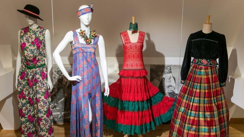 Wśród eksponatów są m.in. suknie ślubne, dzienne i wieczorowe, dzianiny, kombinezony, buty, torebki i kapelusze. Łącznie to ponad 400 strojów i akcesoriów pochodzących z okresu od końca II wojny św. do 1989 r.