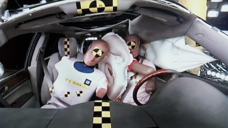 General Motors wprowadzi pierwszą w branży motoryzacyjnej przednią poduszkę powietrzną umieszczoną centralnie...