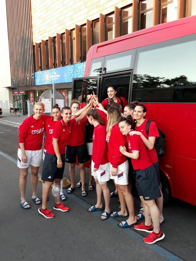 Ženska košarkaška reprezentacija Srbije prilikom ulaska u autobus posle eliminacije u osmini finala
