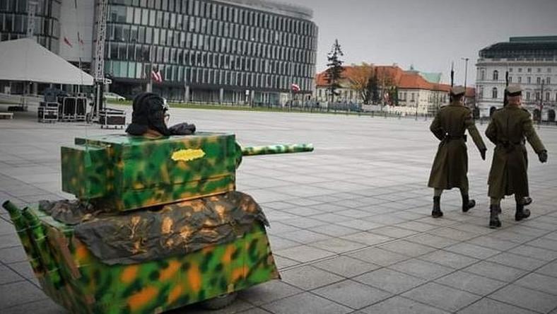 Tekturowy czołg KOD / @sjkaleta