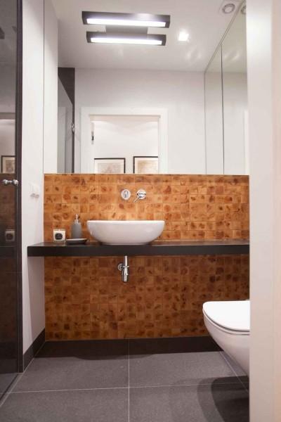 W drugiej łazience, powiększonej kosztem przedpokoju uwagę zwraca bardzo dekoracyjna cyprysowa mozaika.