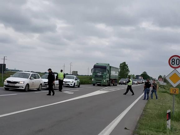 Policija je na svim izlazima iz Novog Sada, pretresa sva vozila u potrazi za trostrukim ubicom