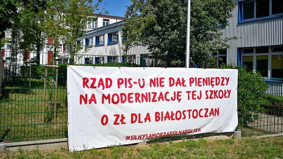 Baner na jednej ze szkół podstawowych w Białymstoku /fot. UM Białystok/