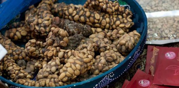 Kopi Luwak – za kilogram tej kawy, pochodzącej z południowo-wschodniej części Azji, trzeba zapłacić 506 dolarów (równowartość ok. 1700 złotych). Chętnych nie brakuje, pomimo że ten gatunek kawy wytwarza się z ziaren połykanych przez żyjącą w południowo-wschodniej części Azji cywetę. Ziarna, które nie zostają strawione przez to zwierzę, są potem wybierane z jego odchodów i… bardzo drogo sprzedawane.